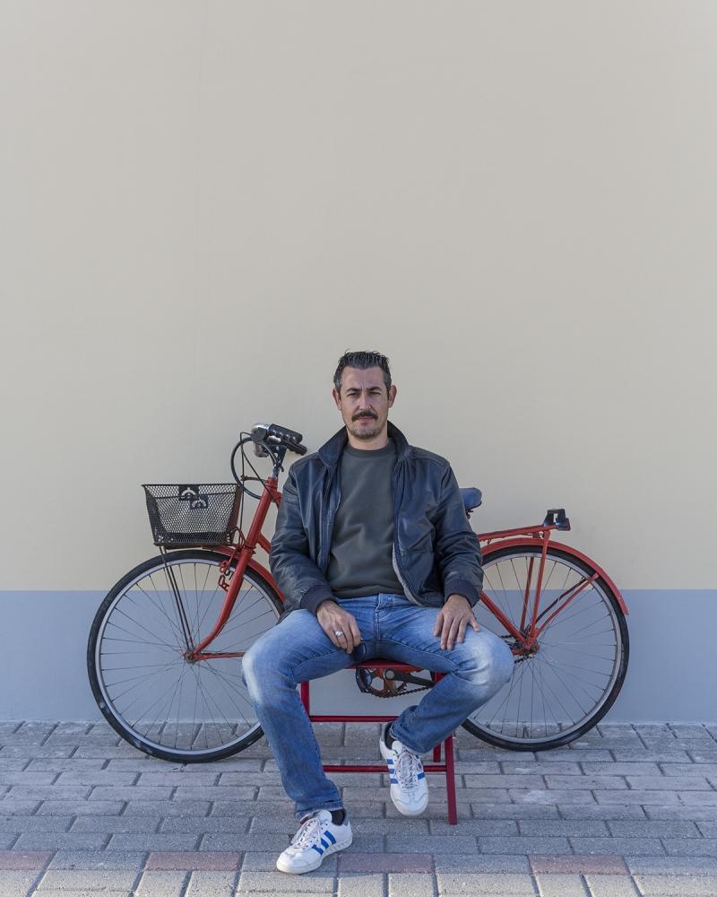 il cantautore Francesco Bottai, ritratto a Marina di Pisa, con la sua bicicletta.
