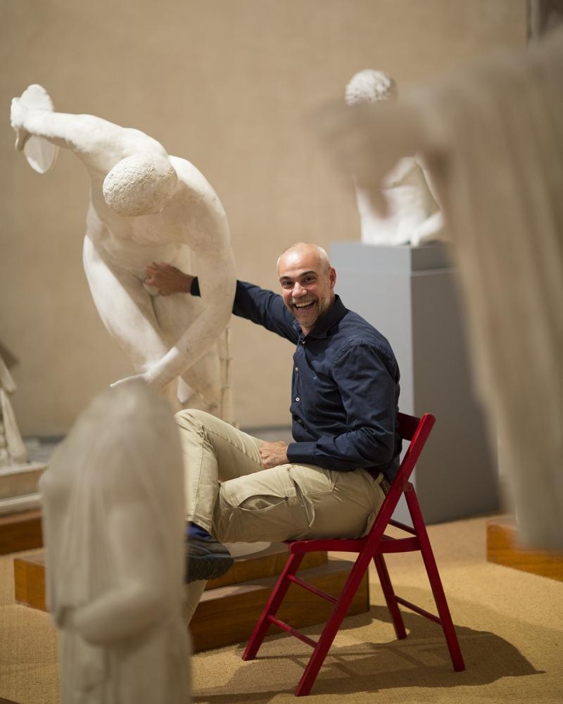 lo scrittore Marco Malvaldi, ritratto nella gipsoteca dell'Università di Pisa.