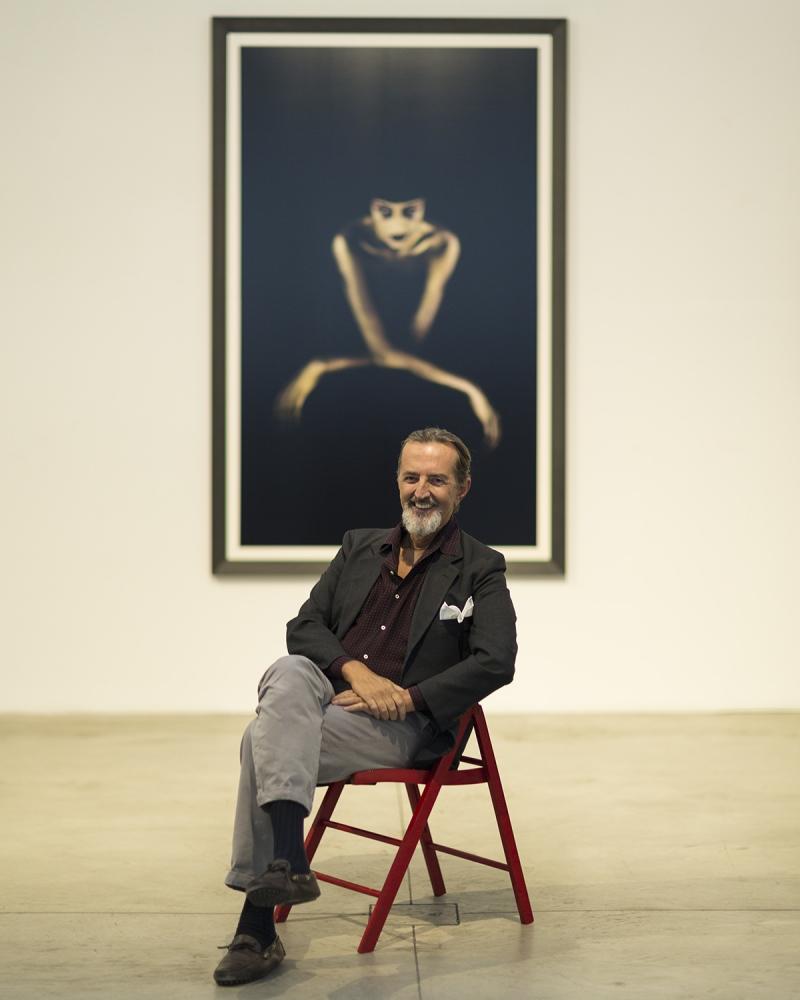 il fotografo Giovanni Gastel, ritratto all'inaugurazione di una sua mostra a Milano.