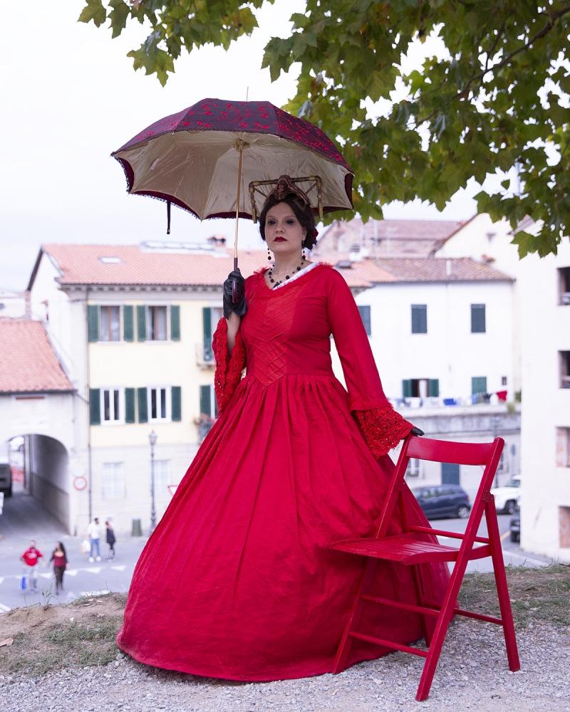 Signora in rosso, ritratta a Lucca Comics and Games.