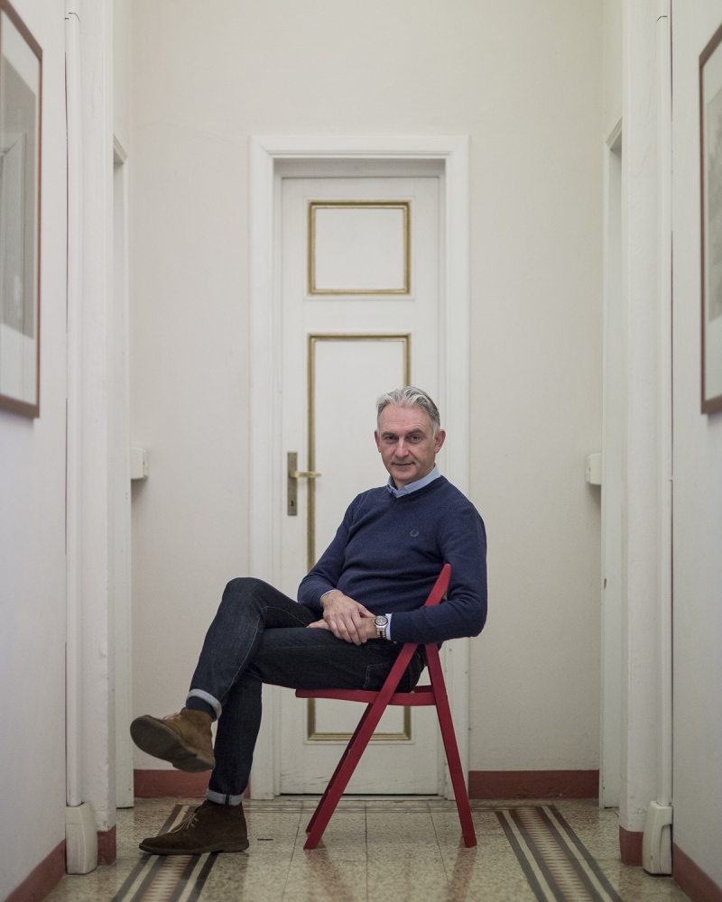 il fondatore di Fotolux, Enrico Stefanelli, ritratto nel suo studio a Lucca.