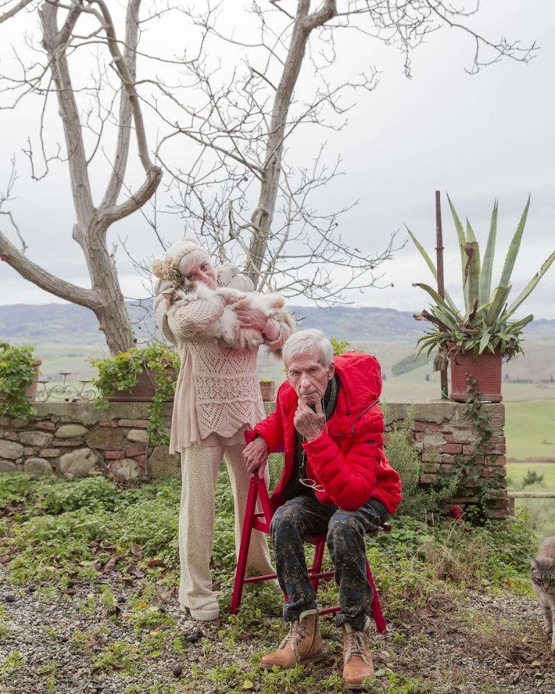 il fotografo Mario Mulas e sua moglie Eva, ritratti nel giardino della loro casa a Lajatico (PI).