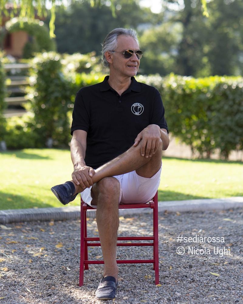 il tenore Andrea Bocelli, nel giardino della sua casa a Lajatico (PI).