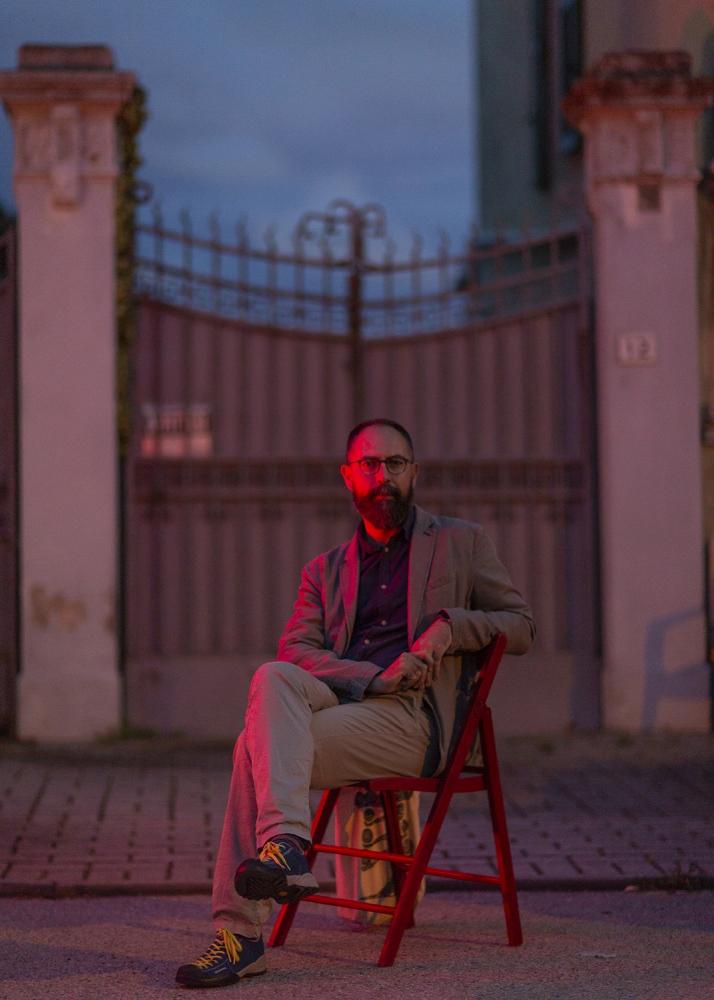 il poeta Matteo Pelliti, illuminato di rosso, a Marina di Pisa.