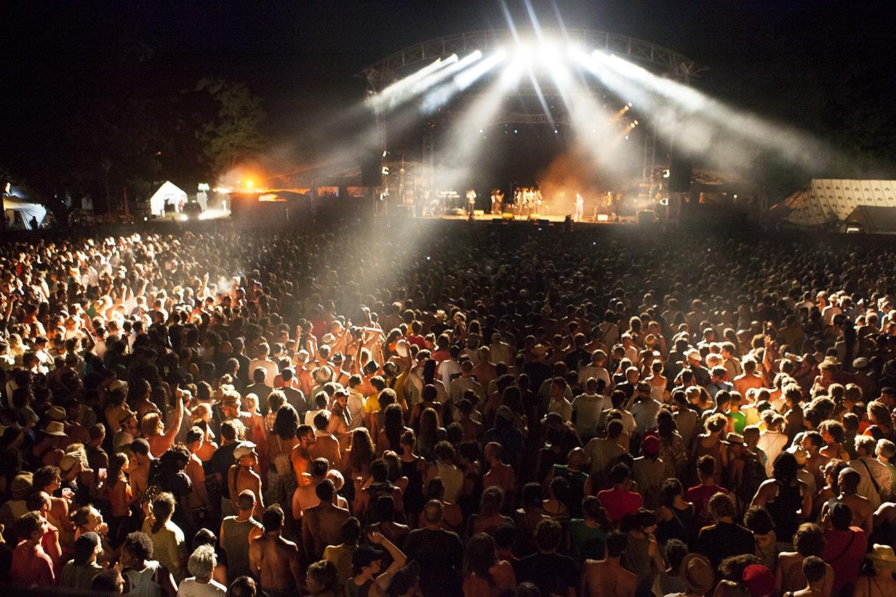 """""""Nous avons été ravi de notre collaboration avec Carolina, qui a su capturer tout l'intensité et l'émotion suscitée par un évènement tel que le Garance Reggae Festival.     Le portfolio du festival, qui a suscité un grand intérêt auprès de notre fan base, a battu cette année tous les records de fréquentation et de partage.     Benoit Collin / Responsable communication du GRF."""""""