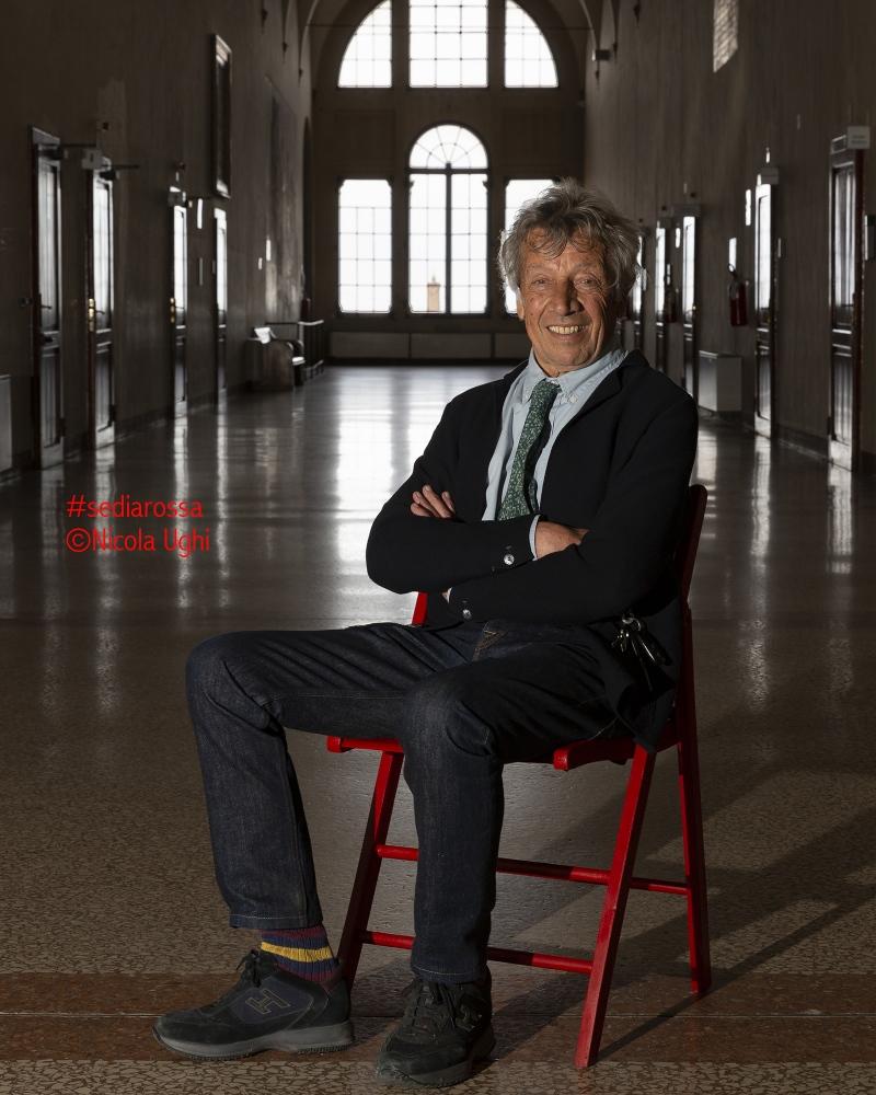 Il professore emerito, Luciano Merlini, nel corridoio storico dell'Istituto Rizzoli di Bologna