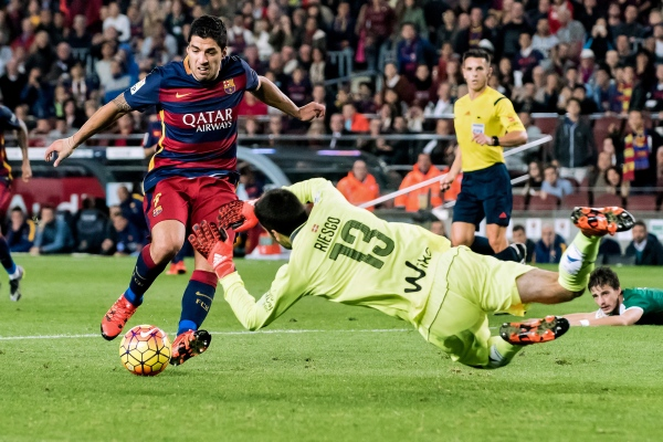 Luis Suarez avoids Riesgo, the goalkeeper of Eibar, in an attack and goal play. FCBarcelona - Eibar. Camp Nou. Barcelona, Spain. Photo Gemma Miralda 25/10/2015