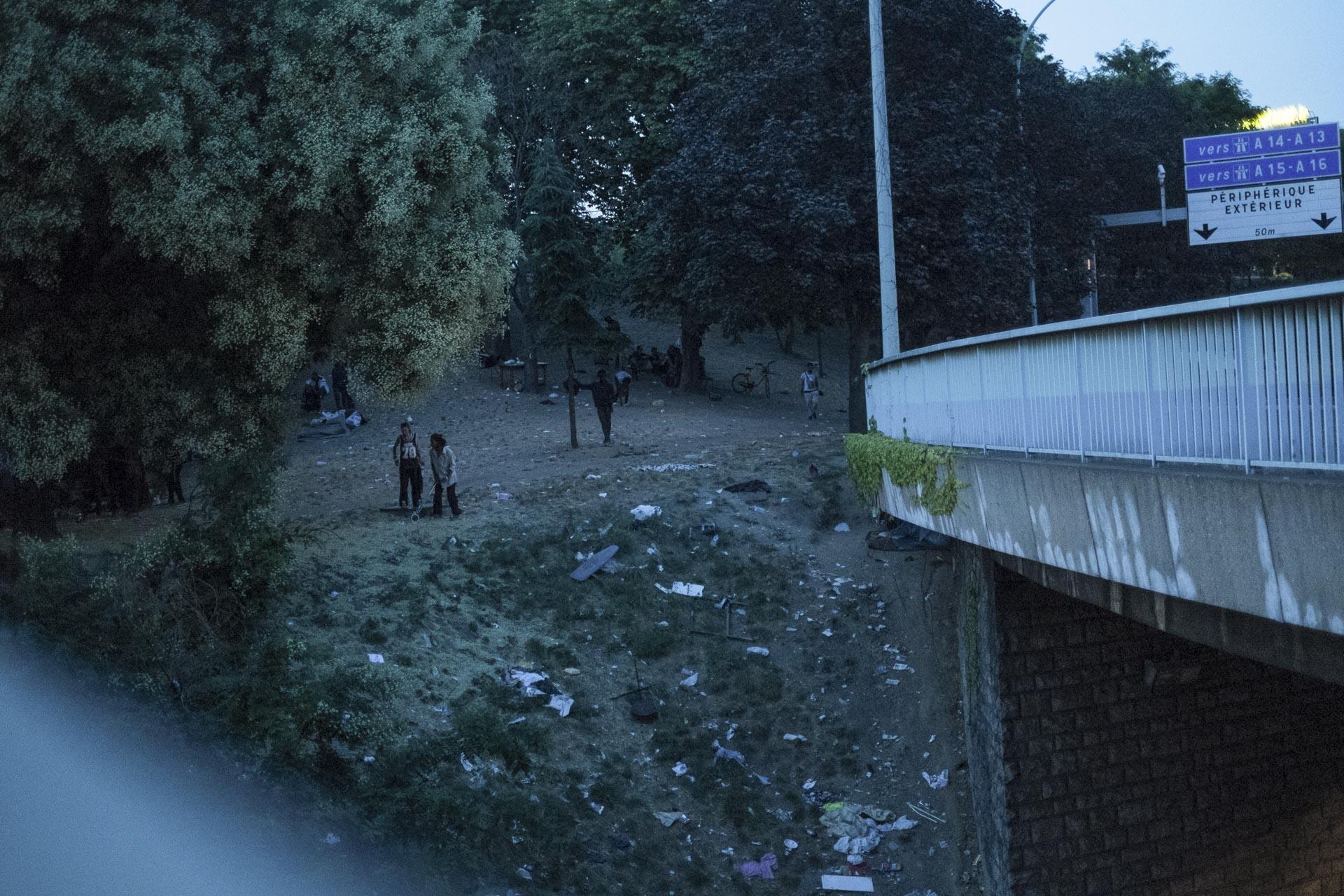Le 19 juillet 2018, je visite pour la première fois le squat appelé la « Colline du crack » à la porte de la Chapelle . Dans cet espace sans lumière, jonché de détritus, situé le long du périphérique parisien, des centaines de personnes toxicomanes viennent acheter et consommer tous types de drogues, principalement du crack, à l'abri du regard des riverains. C'est également un lieu de vie pour les usagers les plus marginaux, qui habitent dans des cabanes. Il n'est pas rare que des crackers demandent des clous pour les construire. Beaucoup sont originaires d'Afrique ou des Antilles. Fin juin 2018, la préfecture de Police de Paris avait fait démanteler le squat qui se trouvait devant la station BP. Une autre Colline s'est reconstruite dans les jours qui ont suivi.