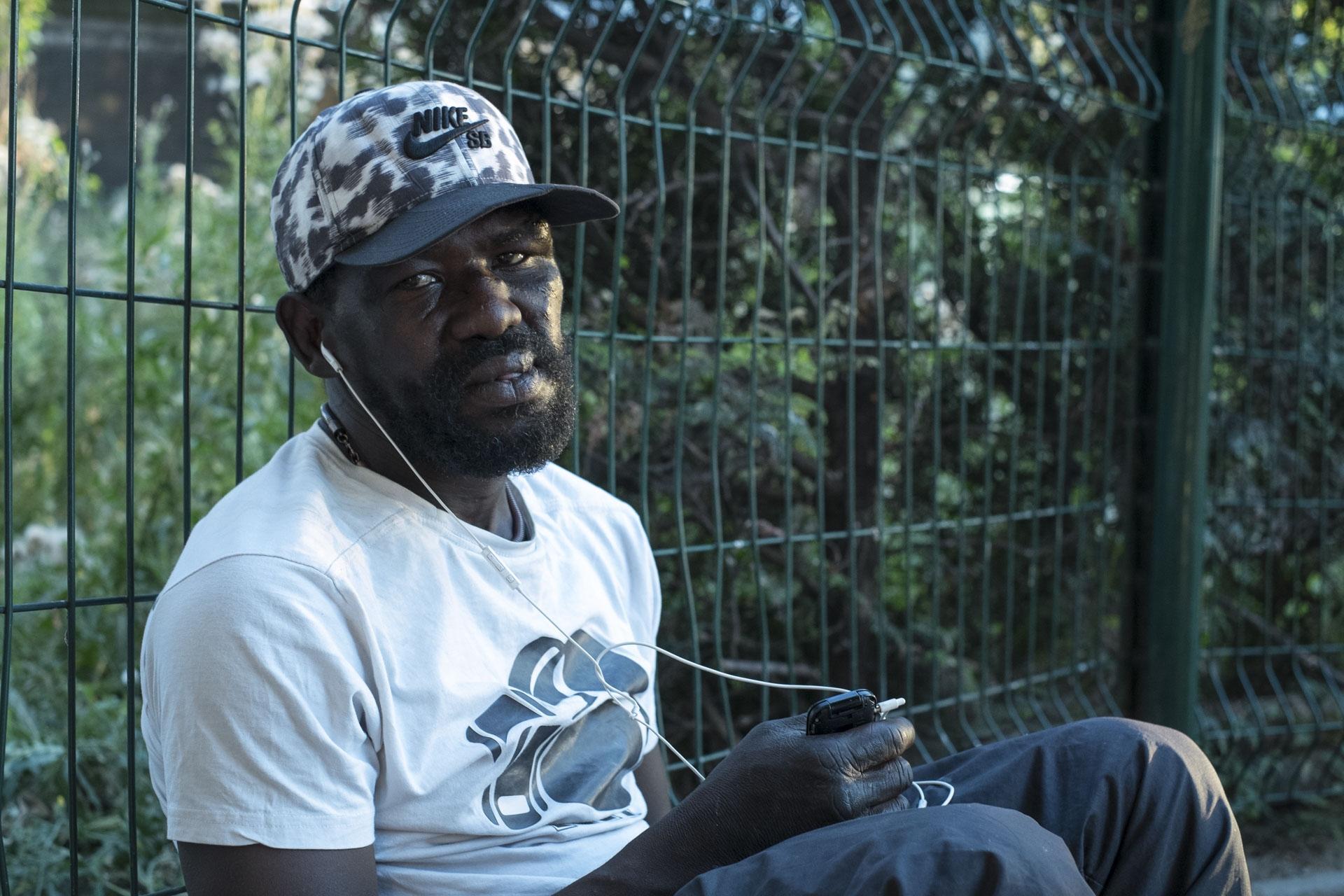 Fuyant la guerre civile en Sierra Leone , Diallo arrive en Europe à 20 ans. Il parle au moins dix langues, dont le français, l'anglais, le malinké, le peul, le lélé, le soussou, le wolof, le bambara. À 21 ans, il rencontre une jeune femme qui l'initie au crack. Elle le cuisine aussi, et le vend, mais meurt dans un accident de voiture. Addict et sans-abri, Diallo commence à fréquenter les squats à partir de 2003, dont celui de la rue Myrha dans le XVIIIᵉ. Il retrouve aujourd'hui à la Colline certains de ses compagnons de l'époque. Les autres sont partis ou morts.