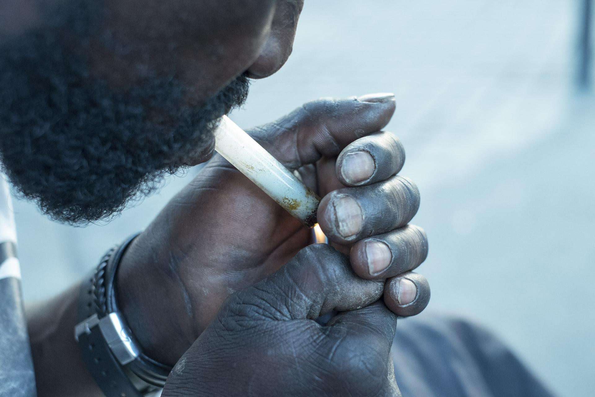 Les centres d'accueil et d'accompagnement à la réduction de risques pour usagers de drogues ( Caarud ) comme l'association Gaïa, présente rue de la Chapelle, distribuent des kits de consommation de drogue, notamment des « kits crack » : des petites boîtes en plastique contenant une pipe, un filtre, des embouts et une crème apaisante. L'enjeu est de réduire la transmission du VIH et des hépatites.