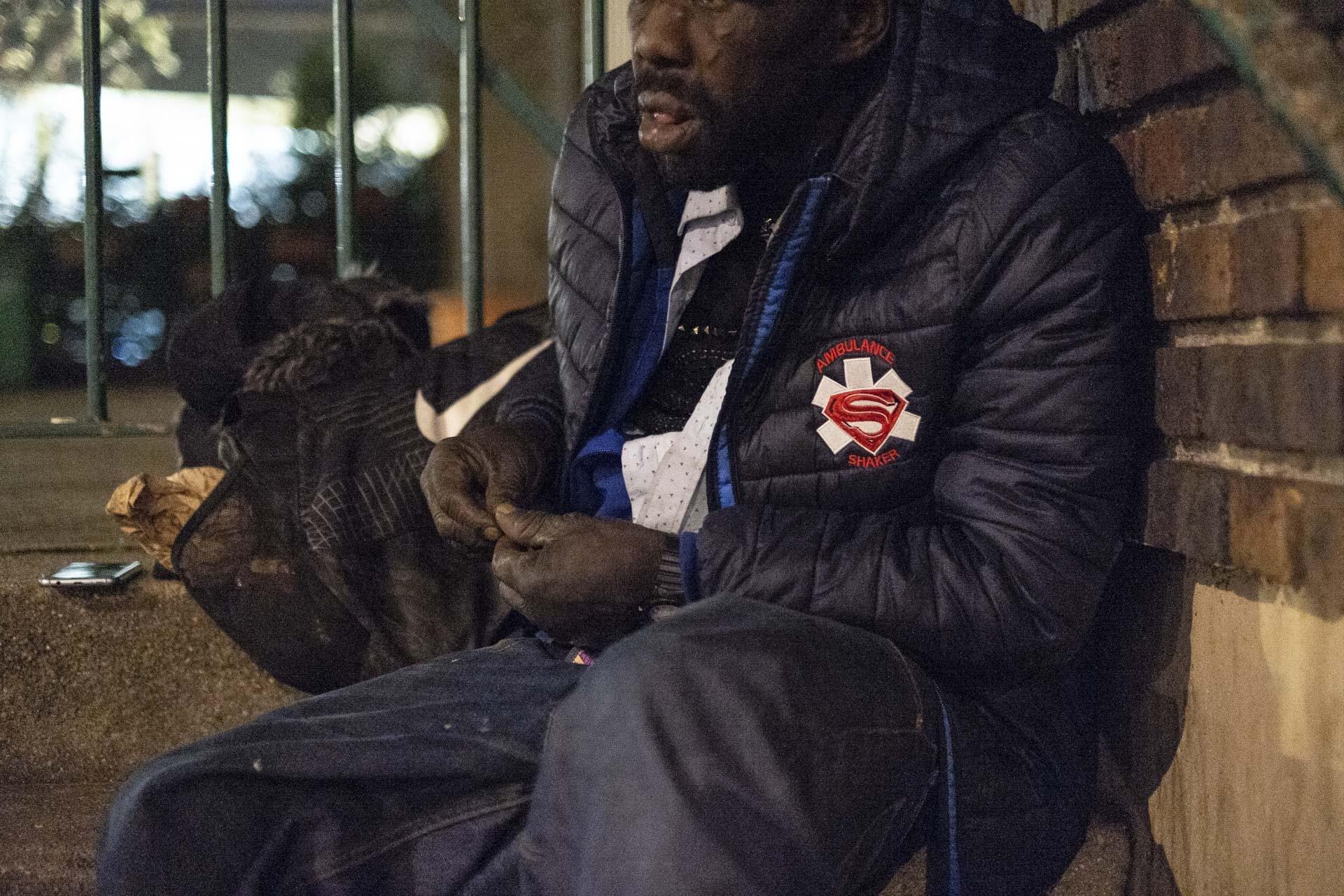Il fait froid et Diallo est véritablement diminué. Il a le visage marqué avec de nouvelles cicatrices. Il a encore perdu des dents, j'ai plus de mal à le comprendre. En 2005, il a tenté une cure de désintoxication avec l'association Coordination Toxicomanies à Château-Rouge, dans le XVIIIe. Mais celle-ci est interrompue par une condamnation qui l'a conduit en prison. À sa sortie, il n'a pas eu la force de poursuivre son sevrage.