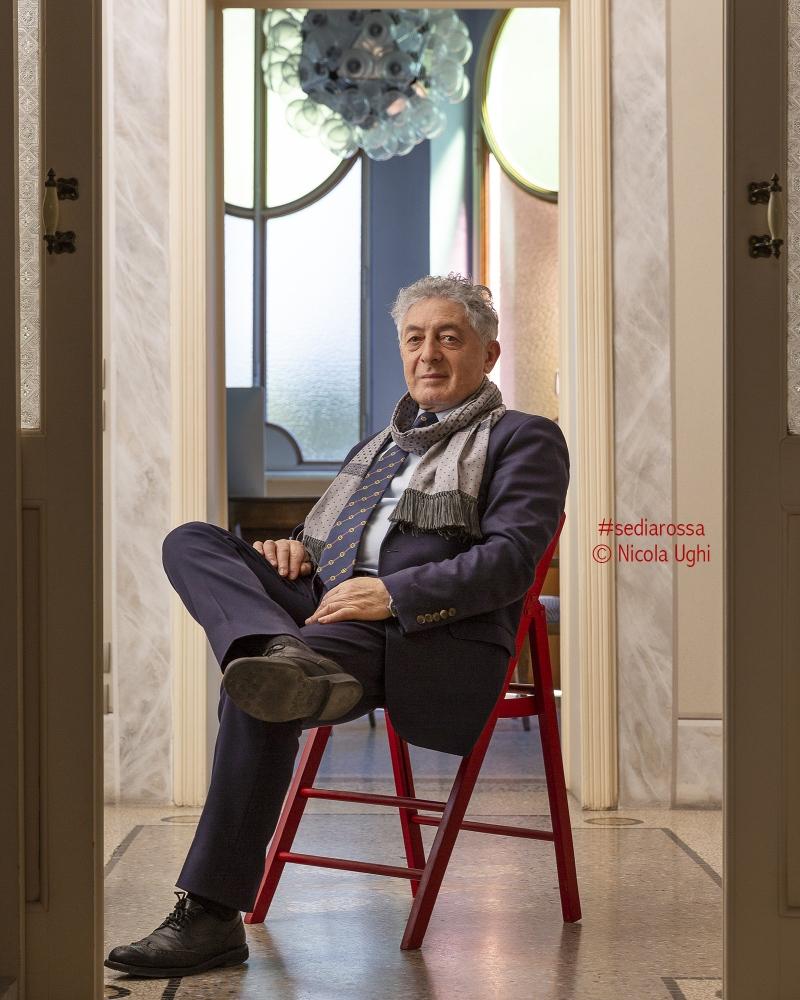 L'inventore dell'Ispettore Carlo Felicino, l'esperto in sicurezza e scrittore, Pasquale Sgro, nel suo studio di Viareggio (LU)