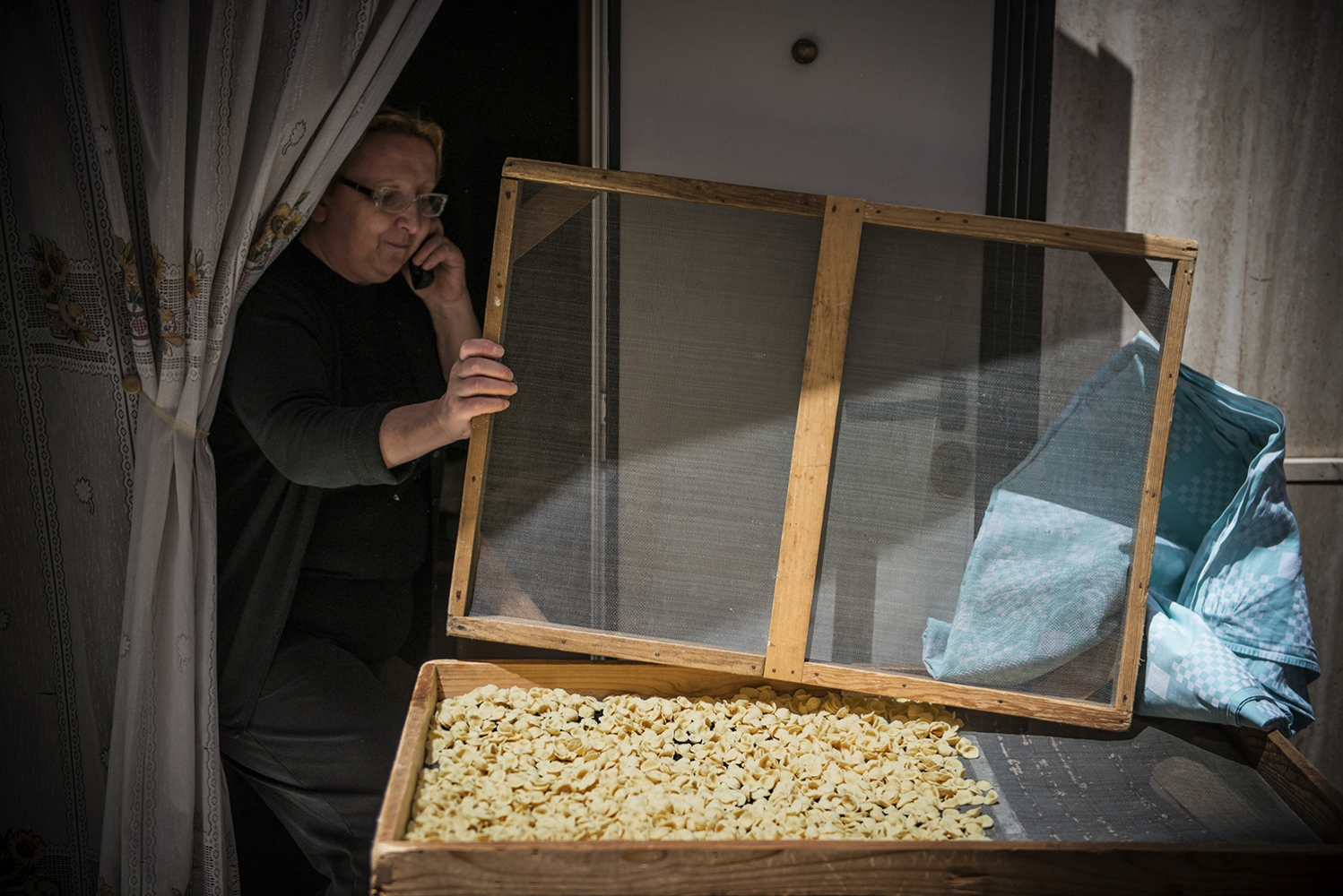 "Bari vecchia: in the ""sottanis"" grandmas are preparing ""orecchiette"" pasta"