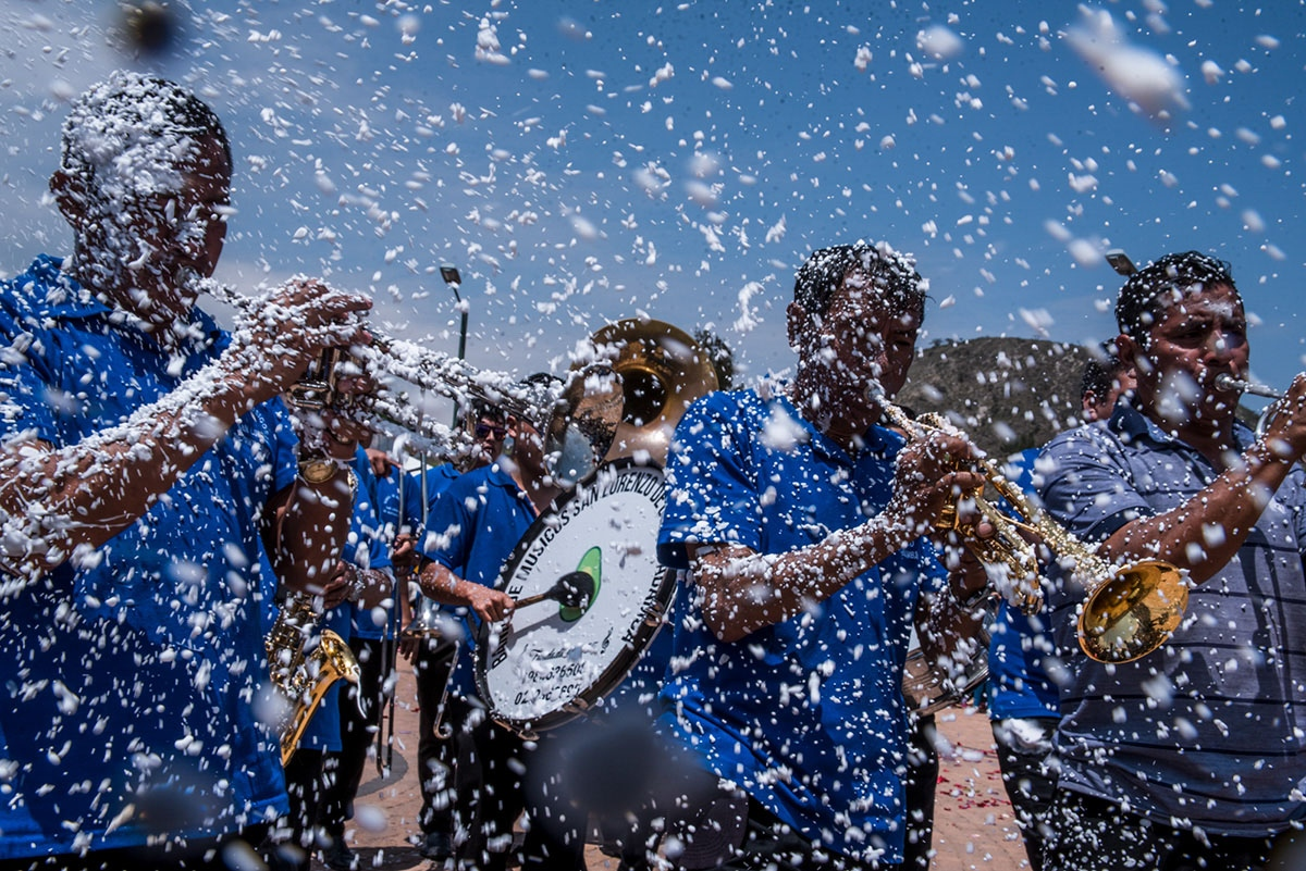 The traditionalbands sing the voice of the carnival between    celebrations   and foam in the central park of Guayllabamaba.    Guayllabamba 2018    Johis Alarcón / Fluxus Foto    Otros Carnavales