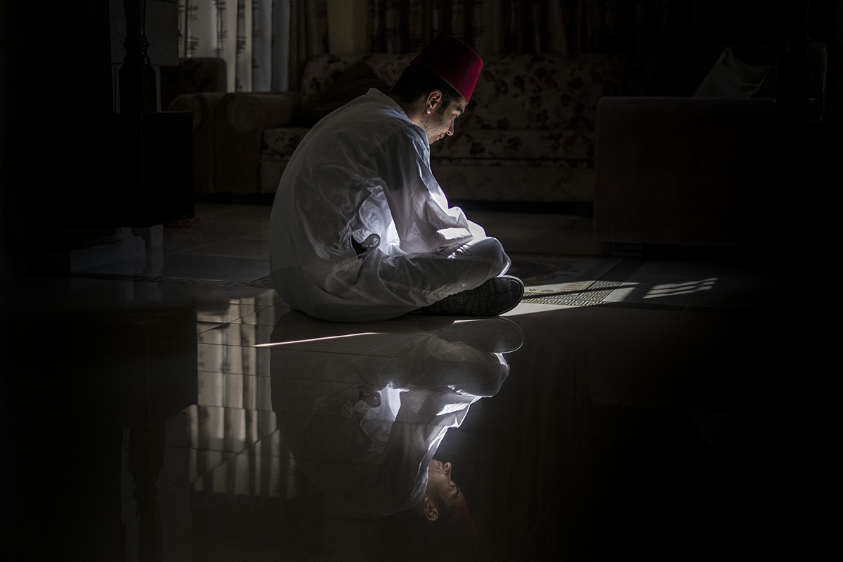 Abood Cohen, praying at home before going to the synagogue.
