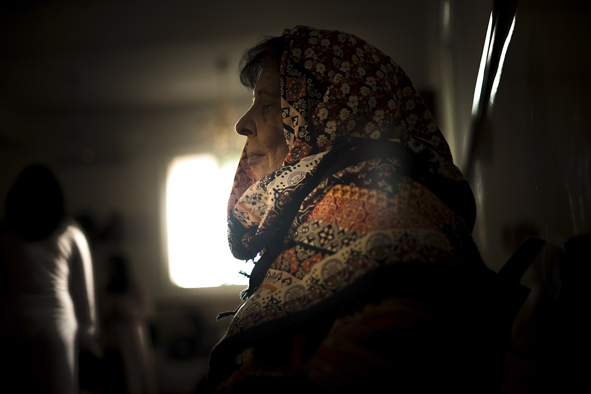 A woman is waiting for the end of the day at the synagogue.
