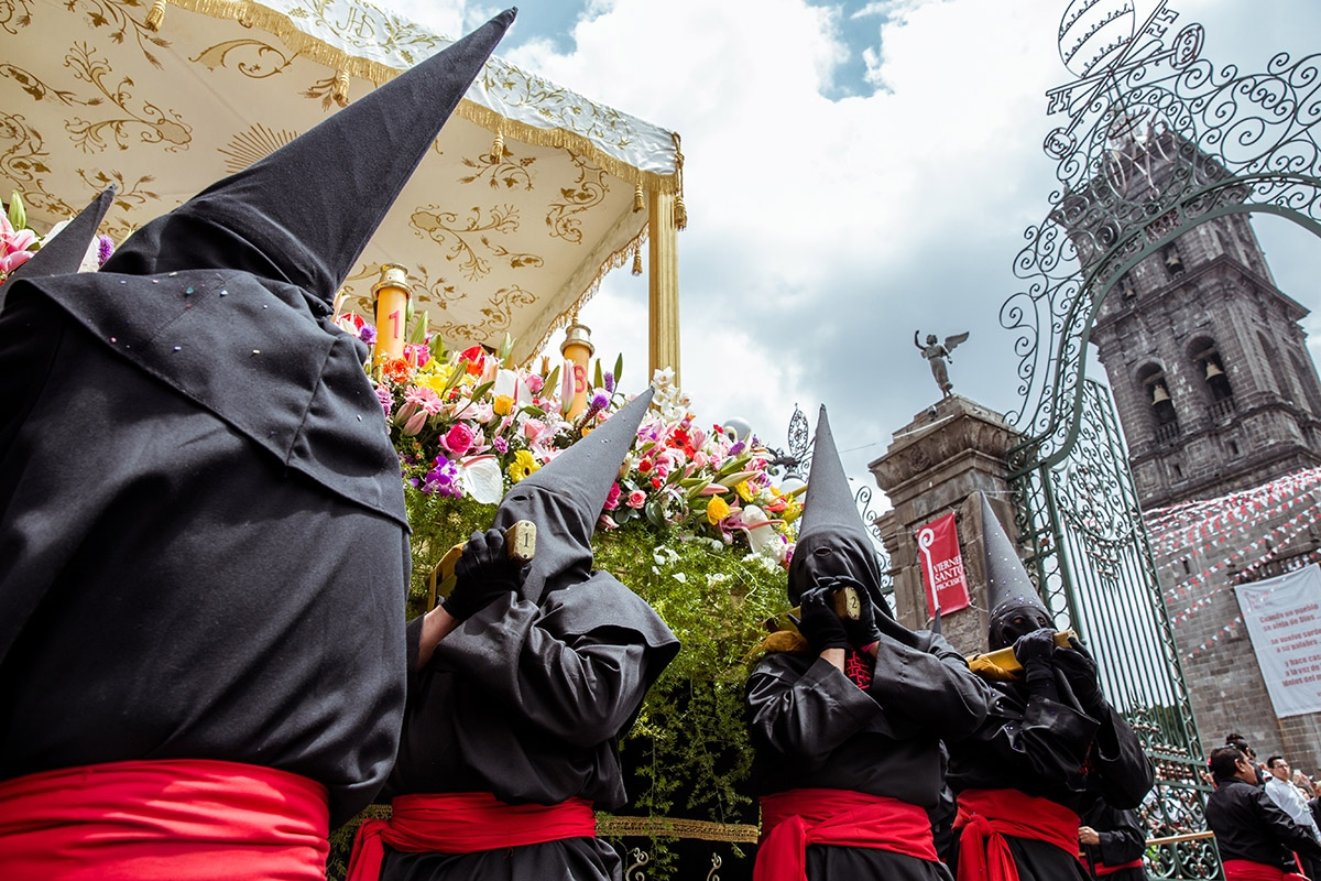 One of the more difficult parts of the procession is the entrance to the Cathedral of Puebla, where the stairs and gates are narrow and coordination is essential.