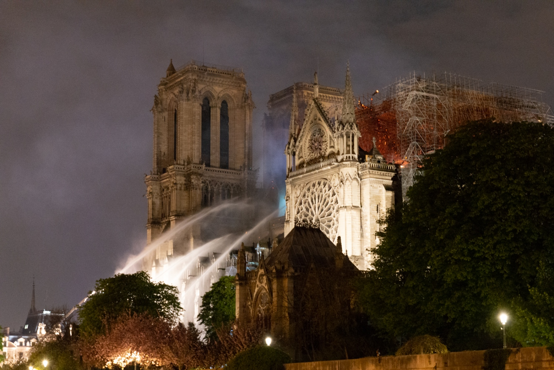 Incendie de Notre Dame de Paris - Avril 2019 - Les lances incendie en action.