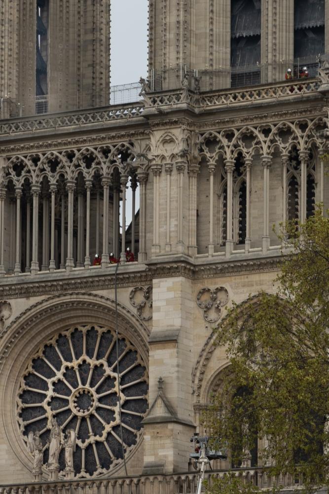 Incendie de Notre Dame de Paris - Avril 2019 - Le lendemain - Des pompiers inspectent les hauteurs de la cathédrale.