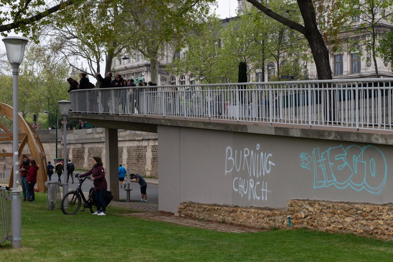"""Incendie de Notre Dame de Paris - Avril 2019 - Le lendemain - Un tag """"Burning Church"""" prémonitoire."""