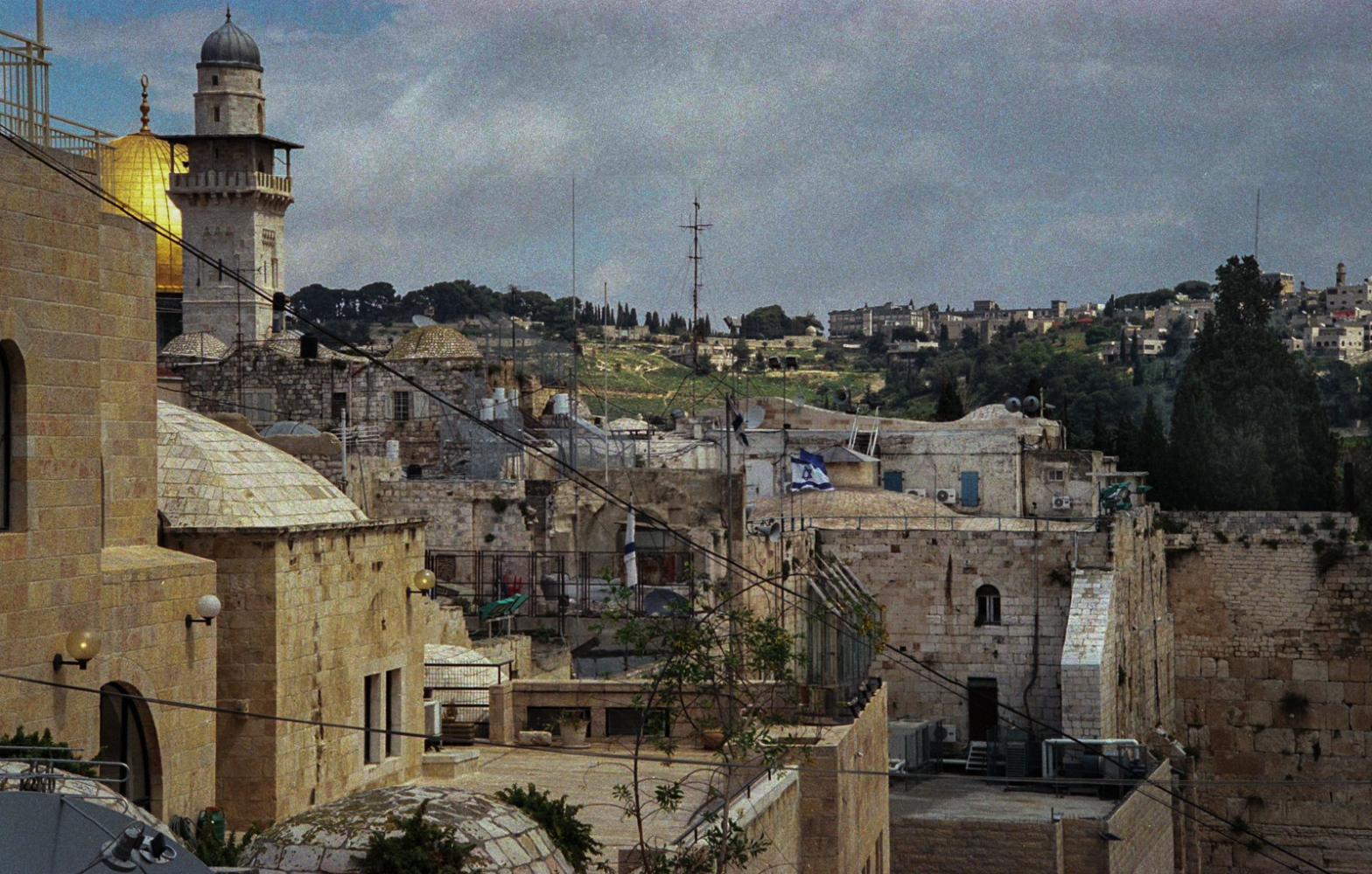 Palestine - Jérusalem - 2002. Vue de Jérusalem occupée avec le dôme de la mosquée et un drapeau israélien.