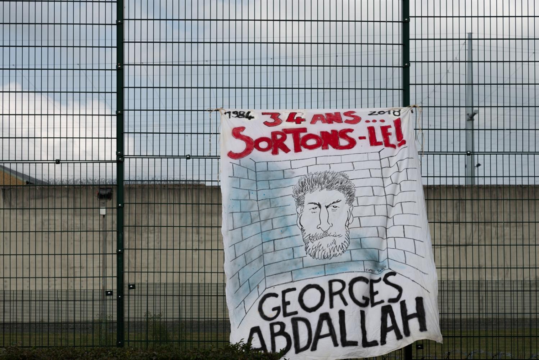 """France - Lannemezan - Affiche - 2018 Dessin de Jacques Tardi """"34 ans - Georges Abdallah - Sortons-le""""."""