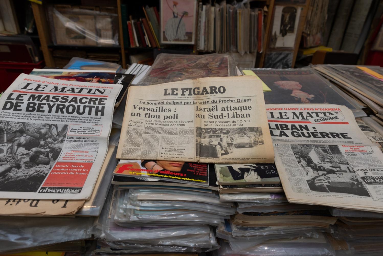 """Une de journaux de juin 1982 sur la guerre civile au Liban. """"Le massacre de Beyrouth."""" """"Israël attaque au sud-Liban."""" """"Liban : La guerre"""""""