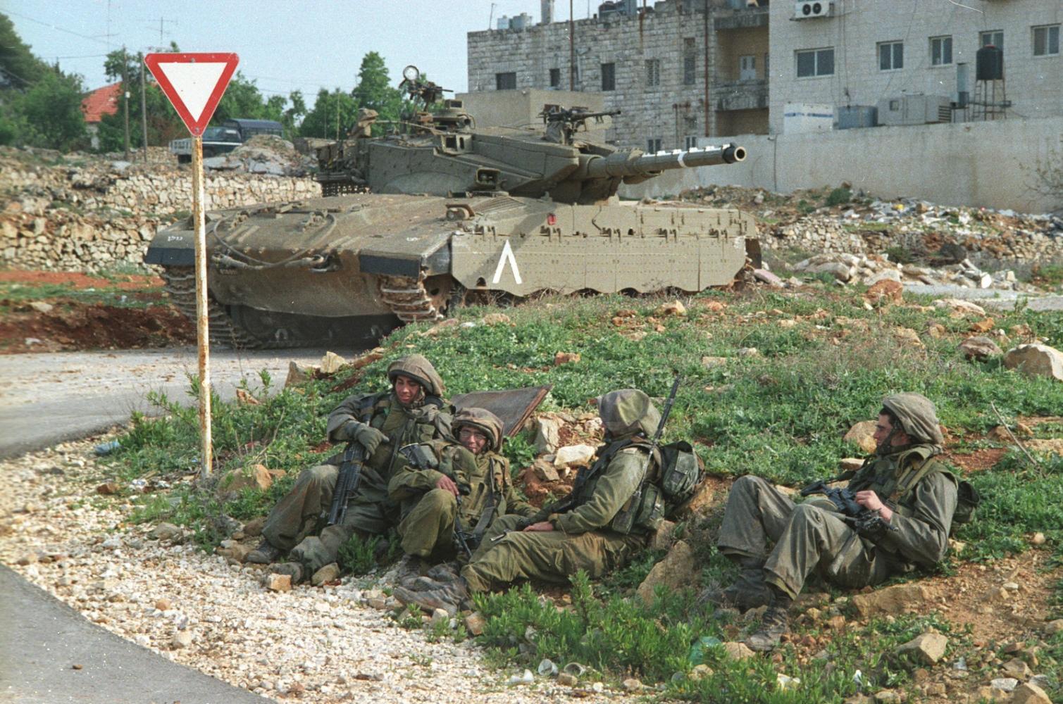 Palestine - Ramallah - Soldats israéliens - 2002. Des soldats israéliens allongés dans l'herbe à côté d'un char.