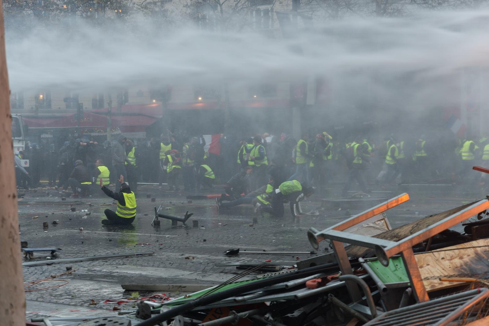 Dès les premières manifestations les forces de police ont utilisé des moyens lourds de maintien de l'ordre tels qu'ici les canons à eau. Paris - Acte II - Avenue des Champs Elysée le 24 novembre 2018