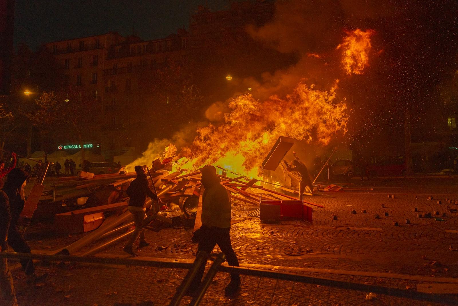 Un feu de barricade dans une avenue huppée de la Capitale Paris - Acte II - Avenue de la Grande Armée le 24 novembre 2018