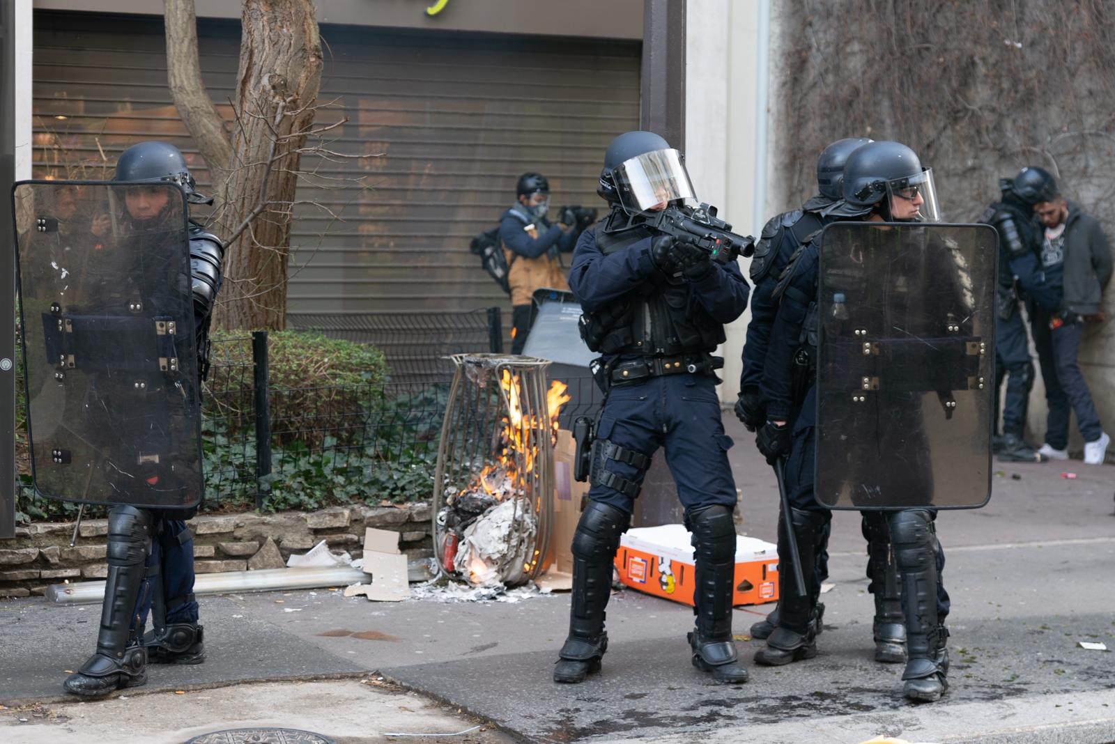 Une arrestation sous l'oeil d'un photographe. Mi-février 2019 le ministère de l'intérieur indiquait avoir procédé à l'interpellation de 8 400 personnes dont 7500 placées en garde à vue et 1 800 condamnations. Paris - Acte XIII - Près de la rue de Rennes le 9 février 2019