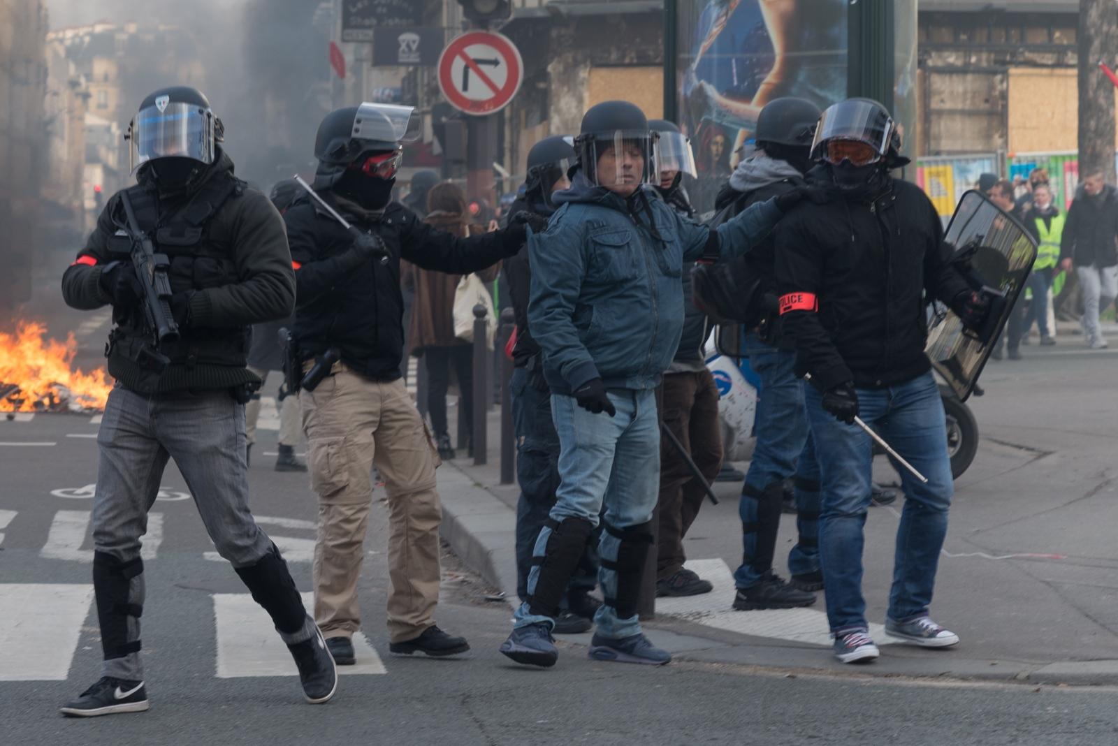 Des policiers de la BAC (Brigade Anti-Criminalité) en intervention. Au plus fort du mouvement 89 000 policiers et gendarmes ont été mobilisés. Paris - Acte XIII - Boulevard Raspail le 9 janvier 2019