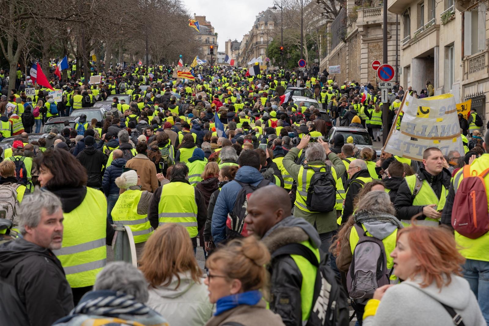 Malgré la répression les Gilets Jaunes continuent à manifester. Le 2 mars 2019, jour de la seizième semaine de mobilisation, ils étaient plusieurs milliers à défiler à Paris formant une foule hétérogène, imprévisible et insaisissable. Paris - Acte XVI - Avenue du président Wilson le 2 mars 2019