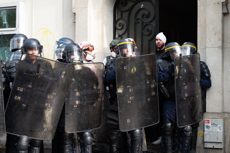1er mai 2019 - Paris - Manifestation Blessé sortant d'un porche d'immeuble derrière des policiers.