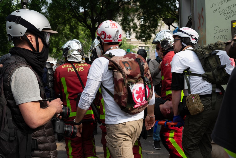 1er mai 2019 - Paris - Manifestation Blessé sur un brancard porté par des Medic Street