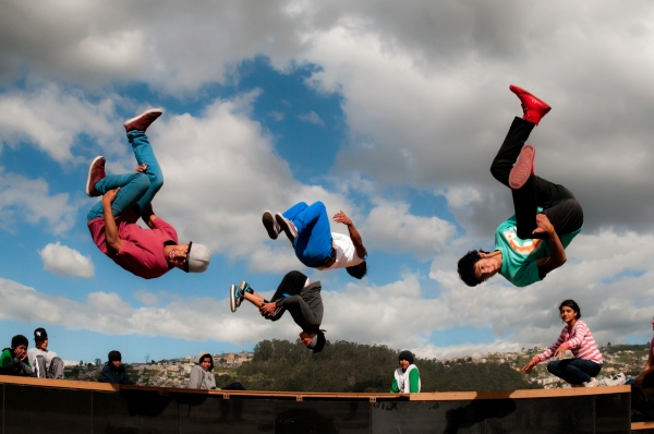 A group of young b-boys are practicing in Boulevard 24 de Mayo.   Quito, 2014    Johis Alarcón/ Nina Shunku