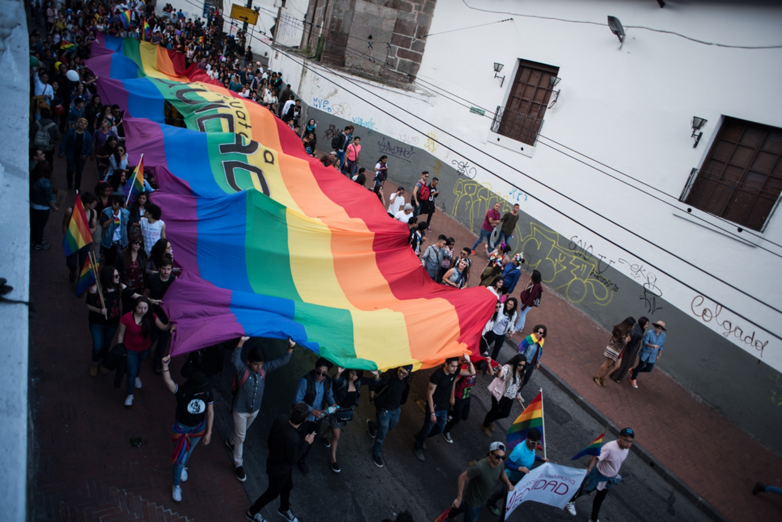 Hundreds of people are celebrating in the Pride parade.    Quito, 2017    Johis Alarcón / La Barra Espaciadora