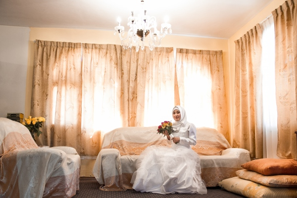 A muslim bridge is waiting in her room before going to the altar.    Johis Alarcón/ Fundación Museos