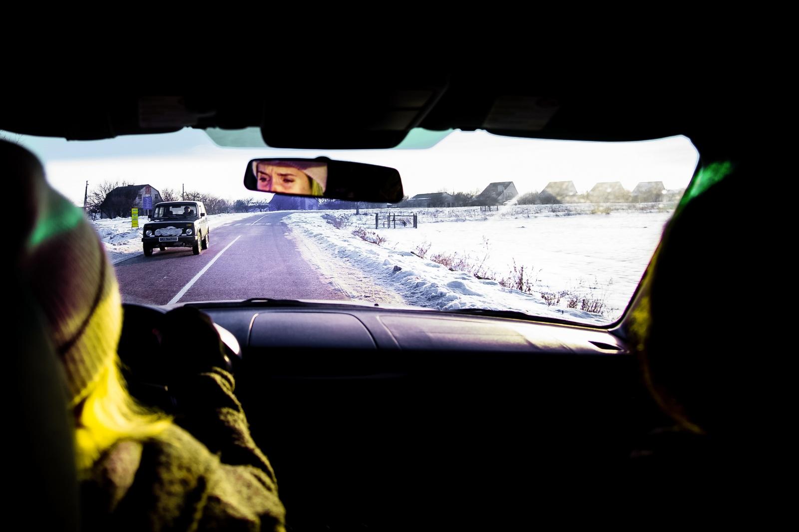 Olessya, Russe, se rend chez elle en voiture dans un village ukrainien non loin de Kiev.