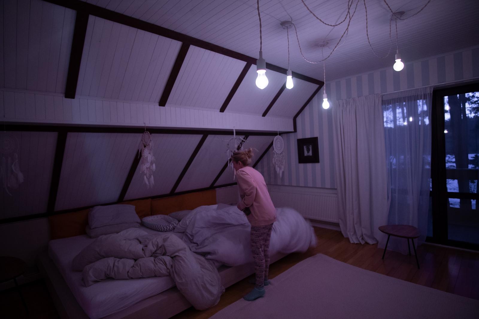 La chambre des Olessia et Kostia avec le lit dans lequel le bébé dort entre eux.