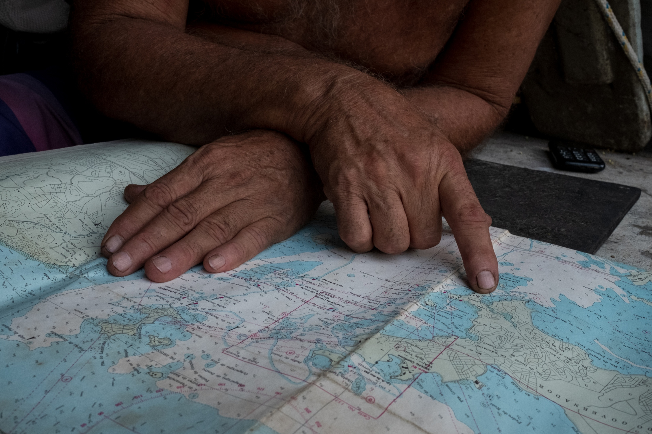 Augusto has plans to move back out to Paquetá island to fish for shrimp, in a secret location he believes will be rich.