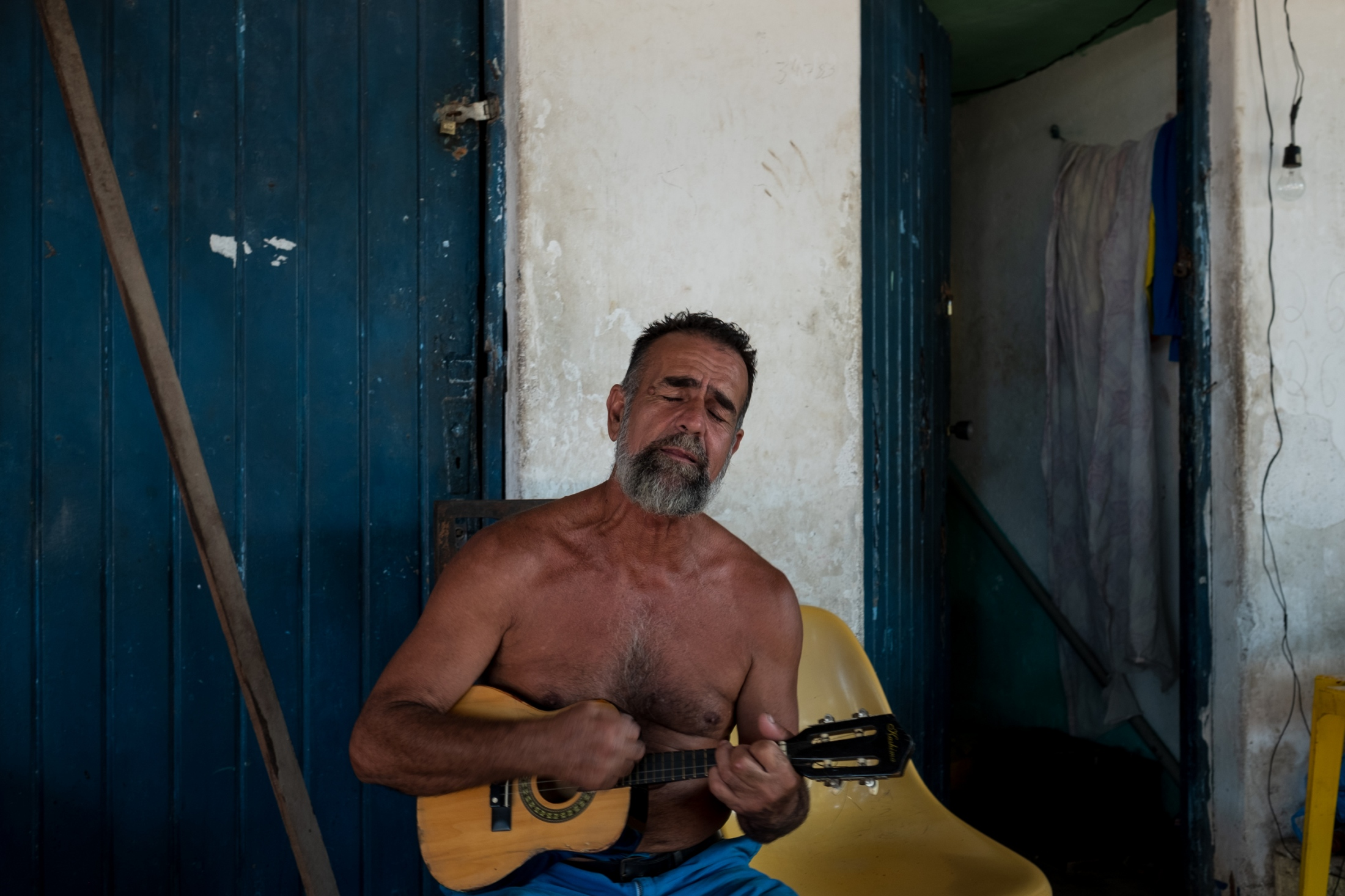 Ataíde plays his cavaquinho.