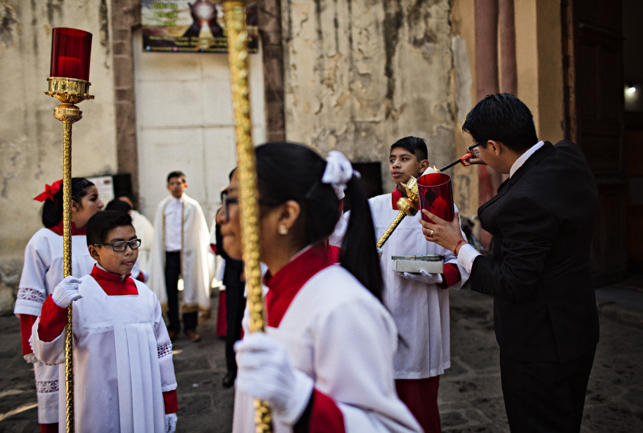 At the cathedral, alter boys and girls wait the arrival of the Cardinal and the Niñopa.