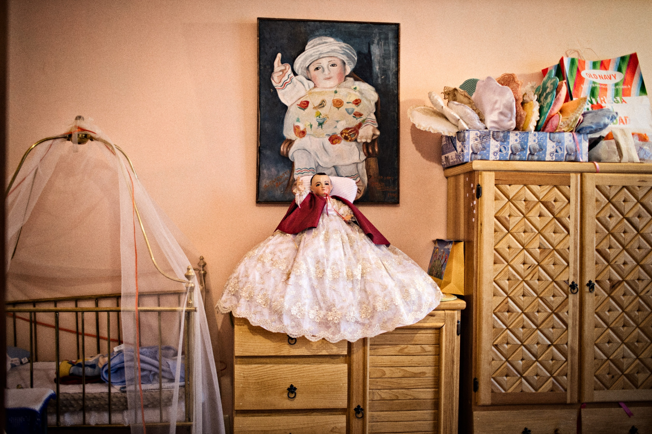 To protect Niñopa's privacy, photography in his bedroom is forbiden. After obtaining special permission from the Majordomo, this photograph was taken with permission which shows the crib in which Niñopa sleeps every night and partially shows his wardrobe.