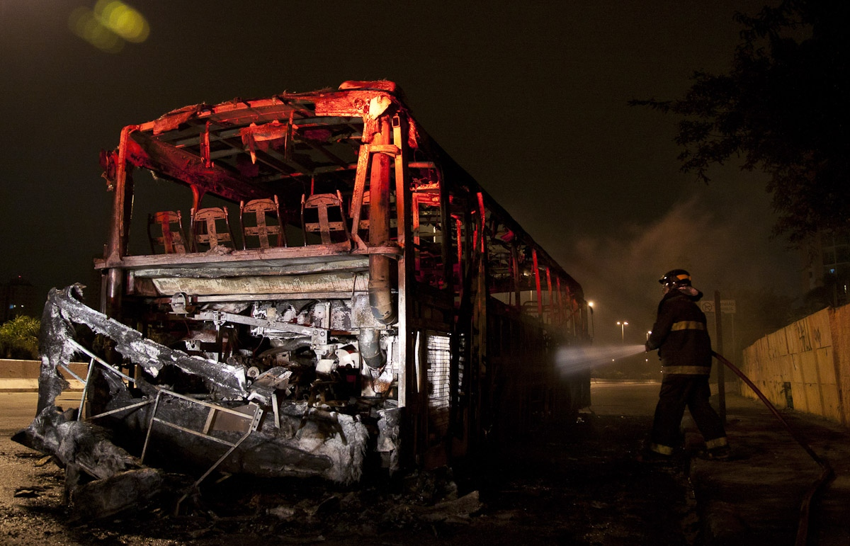 Ônibus incendiado durante a madrugada no Jabaquara / Bus burned at dawn in Jabaquara