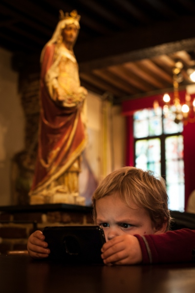 Simone, 2 yo, watching a cartoon on a smartphone in a pub in Antwerp, Belgium. 2018 ©ChiaraCeolin