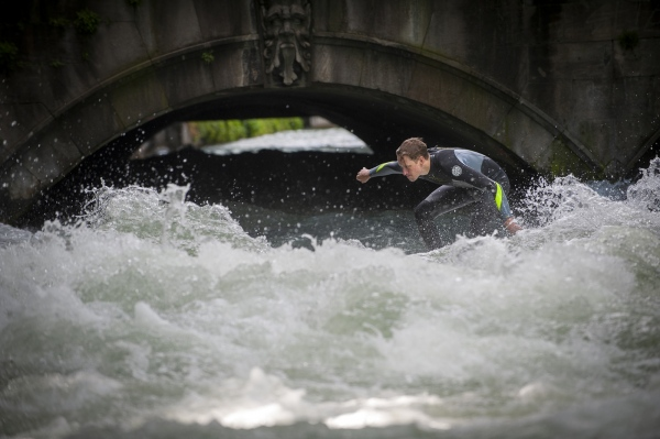 You have to be experienced to surf the Eisbach successfully. A forcefull current and numerous submerged rocks to crash the wave take no prisoners.