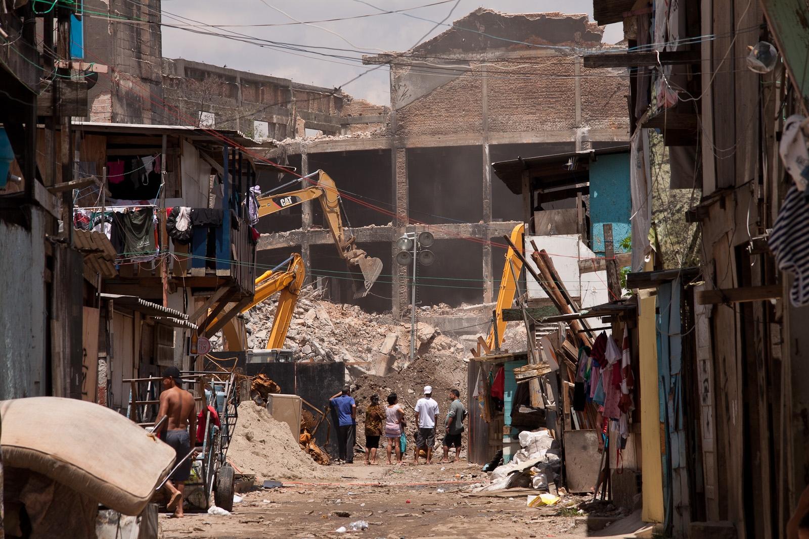 Máquinas fazem demolição de estrutura danificada após incêndio na favela do Moinho / Bulldozers do demolition of damaged structure after fire in the Moinho favela