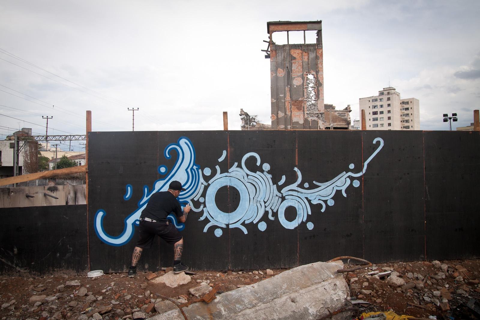 Zezão na favela do Moinho / Street artist Zezão at Moinho favela