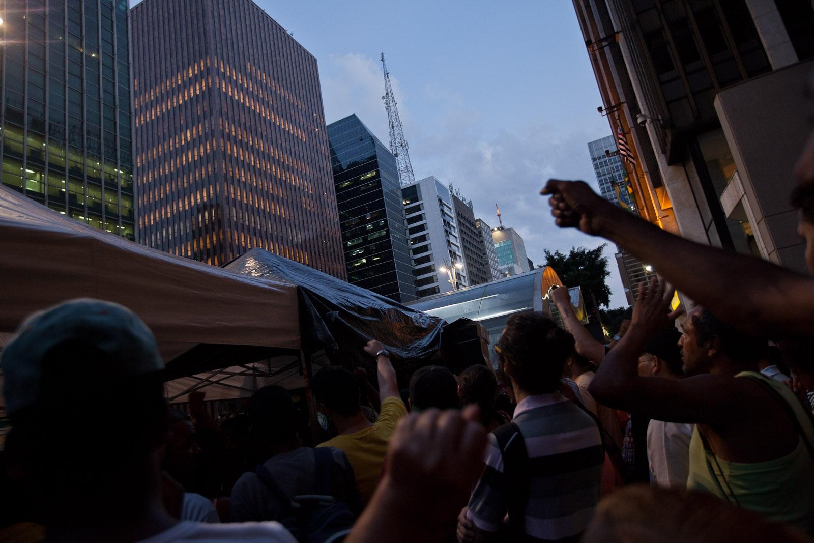 Manifestantes ocupam avenida Paulista / Protesters occupy Paulista avenue